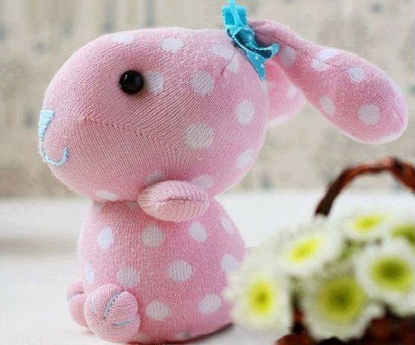 Из носка можно сшить забавного кролика. Понадобится: носок, наполнитель, бусинки или пуговки, ленточка, нитки мулине.