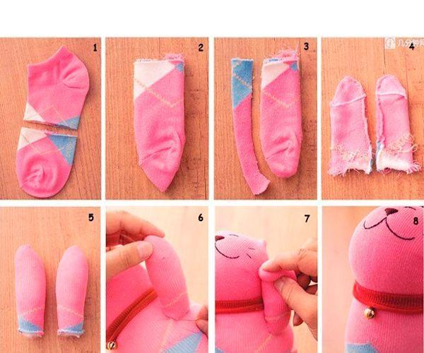 Из второго носка делаем лапки. Разрезаем носок пополам. Из нижней части делаем лапки, как показано на фото. Пришиваем к туловищу.