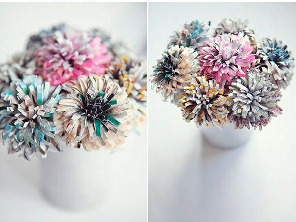 Из газет или журналов можно сделать цветы, которые хорошо будут смотреться в качестве декора интерьера.