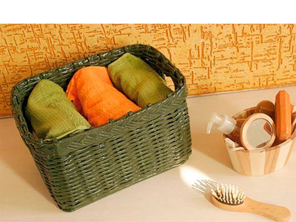 В такой красивой корзинке можно хранить полотенца, белье или канцелярские принадлежности. Для ее изготовления понадобится картон, газеты, ножницы и клей.