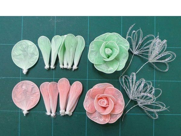 Придадим лепесткам форму. Соберем цветок, украсим его лентой.