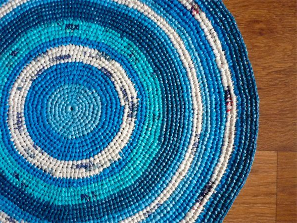 Из пакетов-маечек можно связать отличный коврик для прихожей или ванной.