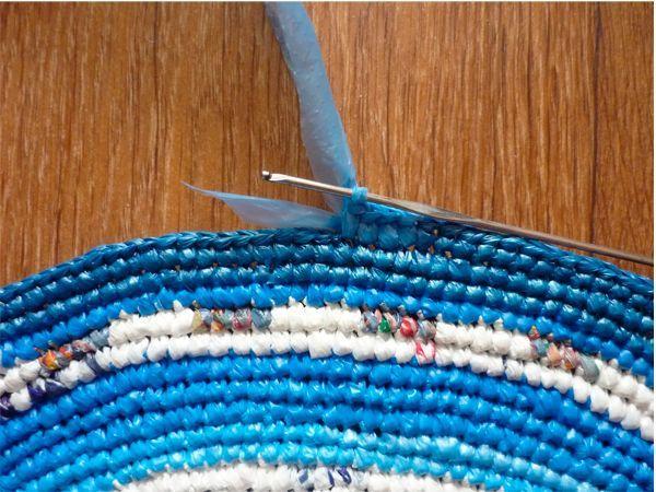 Можно вязать полустолбиками, столбиками или столбиками с накидами. Важно - подобрать крючок подходящего размера. Когда коврик достигнет желаемого размера, закрепите ленту как при обычном вязании.