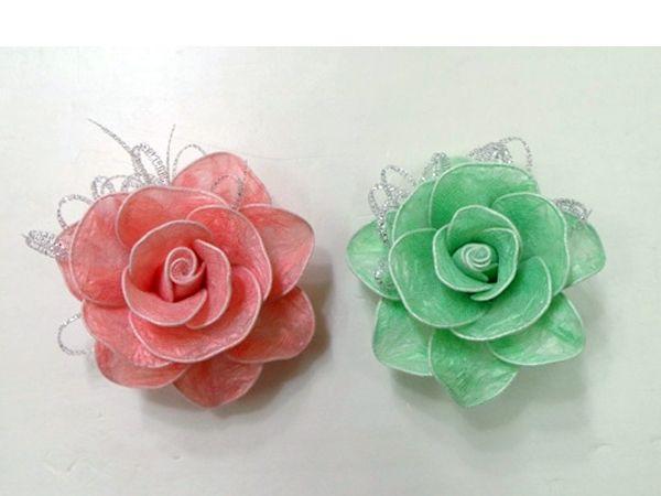 Для создания цветов нам понадобятся: пакеты, проволока, блестящая лента, ножницы, клей.