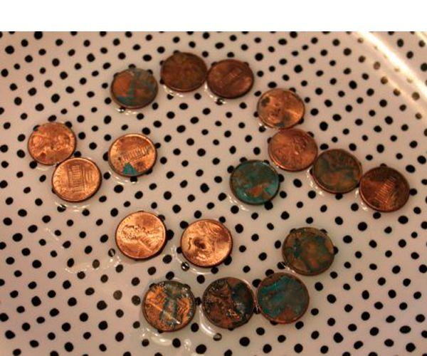 Кладем монеты в емкость. Наливаем немного уксуса и всыпаем чайную ложку соли. Оставляем на 10 минут.