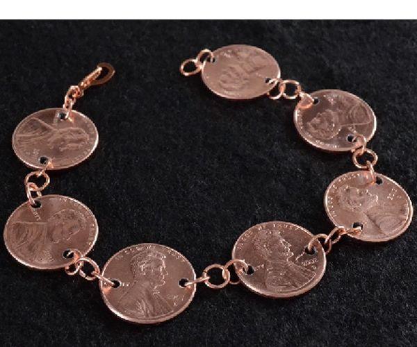 Интересная идея создания браслета из монет. Можно подобрать монетки одинаковые или попробовать и пойти от большей к меньшей. Понадобятся монеты, дрель и соединительные колечки.