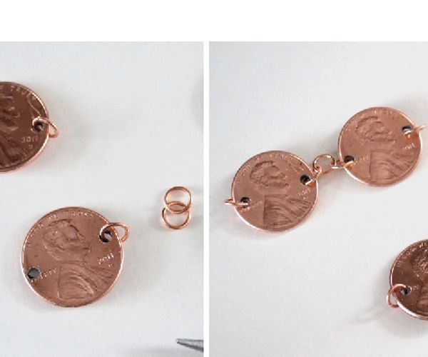 Далее все просто. Продеваем наши колечки между монетками. Вот такая красотища получается!