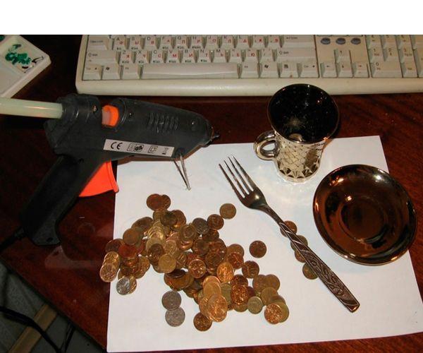 Для его изготовления нам понадобятся: монет, вилка, чашка, термопистолет, блюдце.