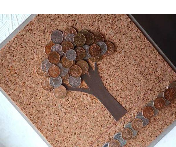 Нам потребуются следующие материалы: лист плотного картона, лист пробковой подложки, матовый картон коричневого цвета, универсальный клей, карандаш, линейка, монеты.