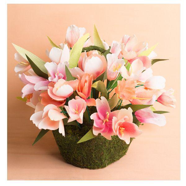 Чтобы сделать такие цветы, вам понадобится: гофрированная бумага, проволока, плоскогубцы и ножницы. Лепестки можно делать разной формы.