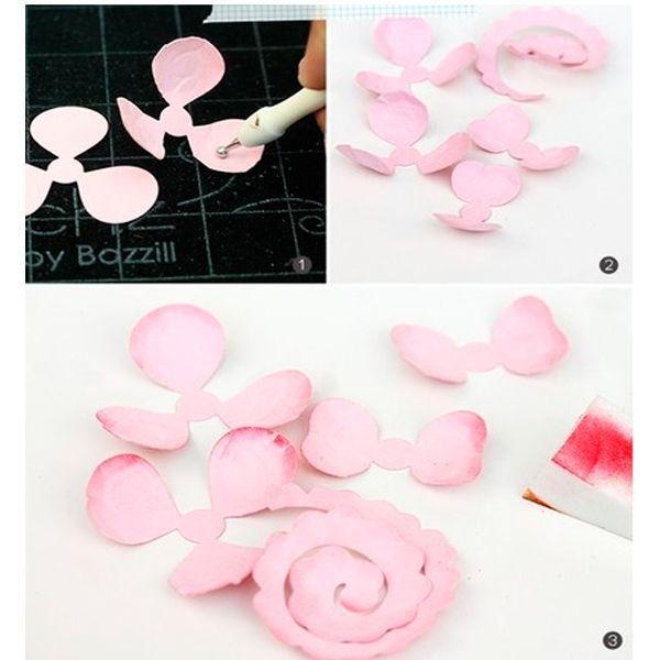 Придайте лепесткам изогнутую форму с помощью специального инструмента. Окрасьте края лепестков.