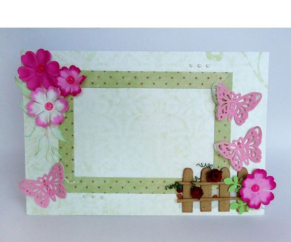 Для изготовления рамочки будут нужны следующие материалы: плотный картон, цветная бумага, цветы для декора, клей, бисер, полужемчужины, лента.