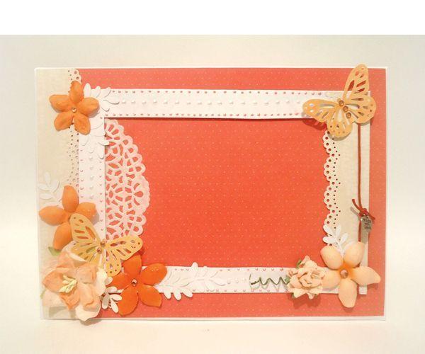 Для создания красной рамочки для фотографии размером 10 см на 15 см нам понадобятся такие материалы: картон толстый и тонкий, белая бумага, цветная скрап-бумага, ажурная салфетка, цветы и бабочки для декора.