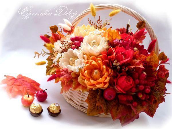 Такую корзину с цветами можно подарить даже на юбилей, ведь смотрится она очень празднично! Понадобится гофрированная бумага, ножницы, термоклей, корзинка, декор по желанию.