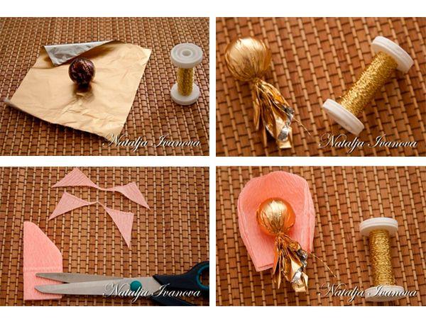 Оборачиваем конфеты золотистой бумагой. Нарезаем лепестки и собираем цветок.