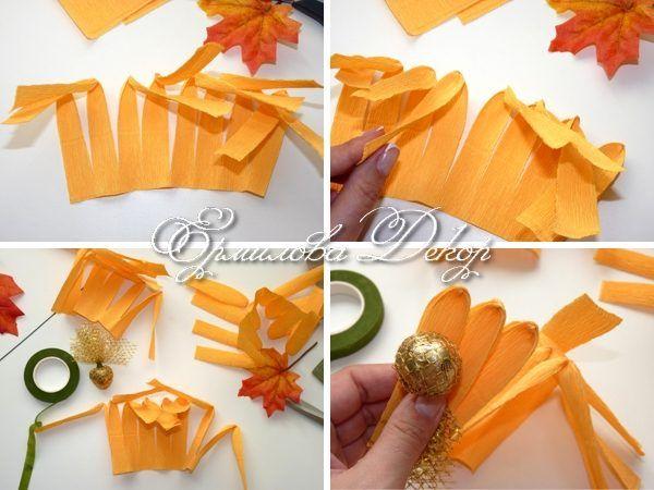 Загибаем полоски так, как показано на фото, формируя лепестки. Оборачиваем их вокруг конфеты.