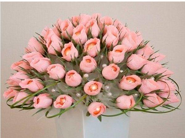 Розы, сделанные по этому мастер-классу, смотрятся как настоящие, а делаются проще простого! Понадобятся круглые конфеты, гофрированная бумага розового и зеленого цветов,проволока, термоклей.
