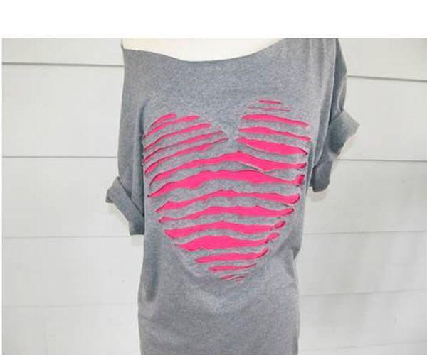 Для работы нам понадобится: футболка, ткань контрастного цвета, мел, ножницы.