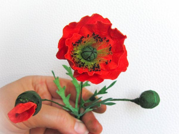 Для создания этого цветка понадобится:  акварельная бумага; немного темно-зеленой гофрированной бумаги; нитки для швейной машины черные и салатовые; тонкая проволока; таблетка активированного угля; клей ПВА; спица №2 или больше: краска (акварельная, акриловая или пищевой краситель) красная и черная.