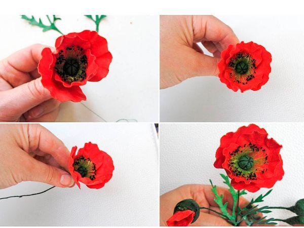 Нарисуйте лепестки, вырежьте. Снизу каждый лепесток покрасьте черной краской. Соберите цветок.