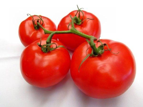 Рецепт смягчающей маски из помидора. Протереть помидор на терке, добавить в него яичный желток и 1 ст.л. пшеничной муки. Хорошо размешать. Нанести на лицо на 10-15 минут, после чего смыть теплой водой.