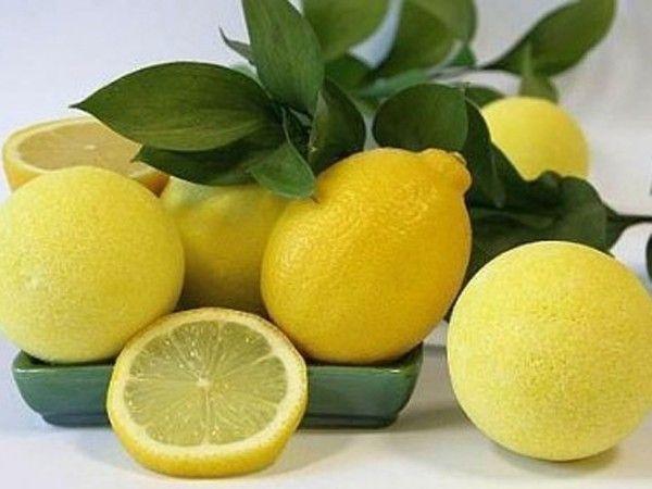 Несколько капель лимона нужно капнуть в столовую ложку кефира. Такие маски от прыщей с лимоном заставят вас навсегда забыть о кожных воспалениях.