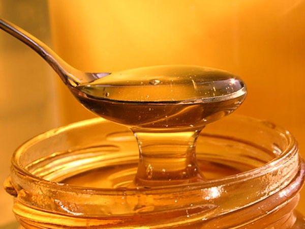 К половине 1 ст. ложки меда нужно добавить 2 ст. л. жидкой и прохладной заварки зеленого чая и 2 ч. л. лимонного сока. Такая маска хорошо очищает, тонизирует, а также делает более матовой жирную кожу лица.