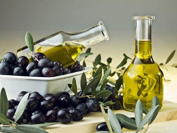 Можно просто смазать лицо слегка подогретым оливковым маслом, и оставить на 20-30 минут. Такая маска хорошо подходит при очень сухой и шелушащейся коже, помогая ее смягчить и устранить шелушение.