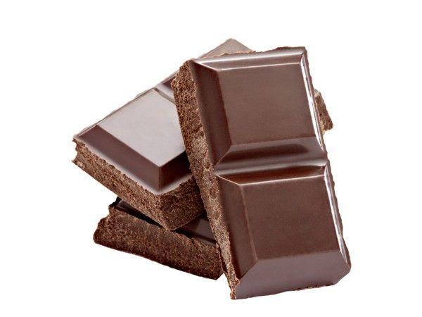 Смешать 5 ч. ложек измельченного горького шоколада, 100 мл мёда и 4 ст. ложки морской измельченной соли. Массирующими движениями нанести скраб на кожу по направлению снизу вверх, оставить на теле на 10 минут, смыть. Применять скраб следует два раза в неделю.