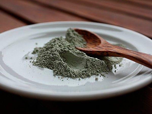 Ванна с глиной помогает избавиться от целлюлита. На одну процедуру нужно не менее 50 г глины. Продолжительность процедуры не менее 30 минут.
