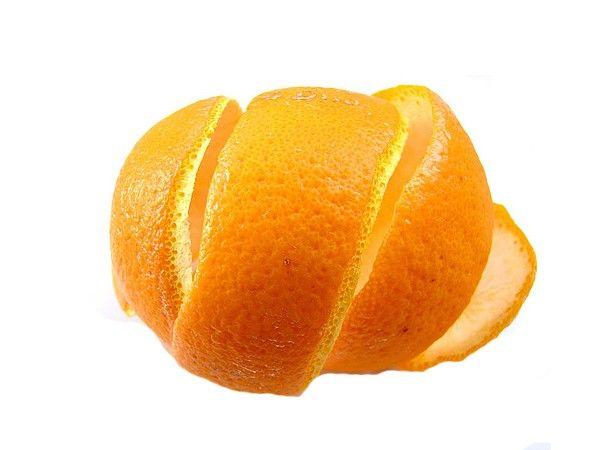 Корочки от цитрусовых: 2 лимонов, 2 мандаринов, 2 апельсинов собрать и в соковыжималку. Получившуюся жидкость смешать с тюбиком обычного детского крема. Применять 2 раза в день после душа. Это прекрасный антицеллюлитный крем!
