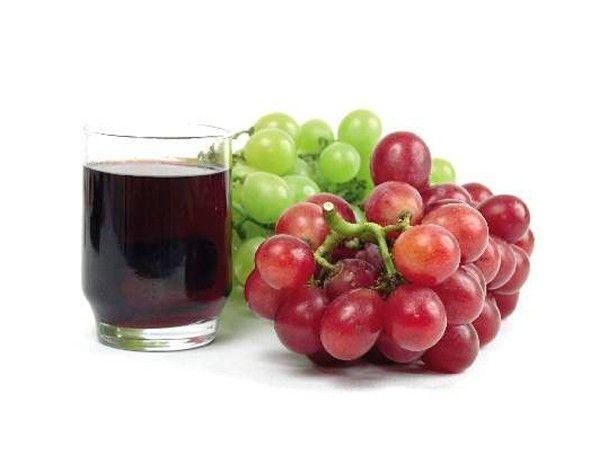 2 ч.л. любого крема смешать с 5 ст.л. натурального сока винограда и 1 ч.л. меда. Нанести маску на проблемные участки, держать 20 минут и смыть.