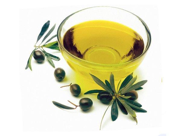 Ванна с оливковым и апельсиновым маслом против целлюлита: развести в оливковом масле несколько капель апельсинового масла и все это вылить в ванну. Постепенно целлюлит уменьшится. В процессе приема ванны кожу будет пощипывать. Это хорошо.