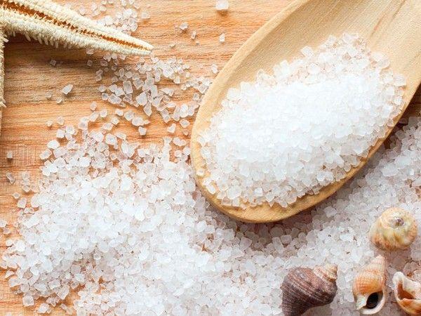 Раз в неделю рекомендуется принимать ванны с морской солью. На одну процедуру понадобится 500 г соли. Принимать ванную нужно не менее получаса.