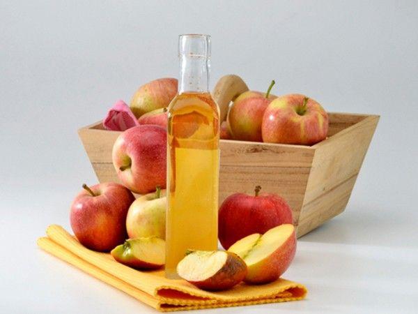 Яблочный уксус нужно развести водой в равных пропорциях. Нанести смесь на кожу, обернуться пищевой пленкой и заниматься своими делами. Через 2-3 часа принять теплый душ.