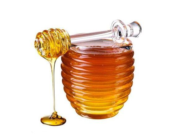 Мед эффективен при целлюлите. Нанесите его на ладони и делайте вакуумный массаж проблемных мест.