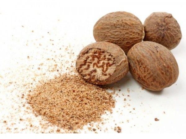 3. Мускатный орех является отличным средством в борьбе с кишечными расстройствами. Эта специя также помогает облегчить предменструальные боли у женщин. Обычно мускатный орех используют при приготовлении десертов.