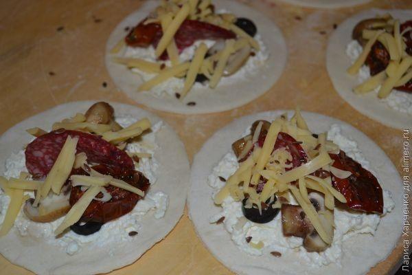 Мини-пиццы с творожной начинкой
