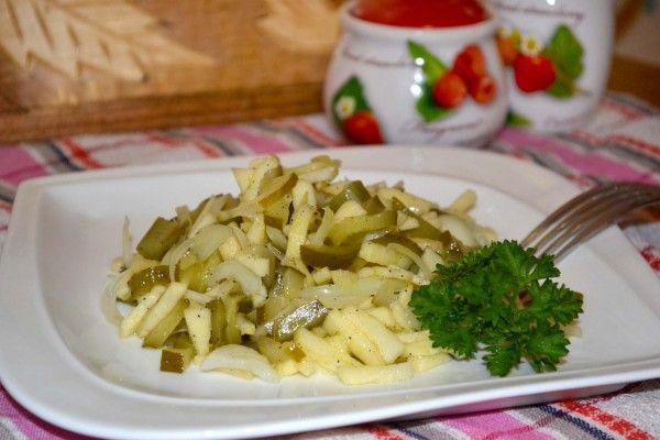 Салат из маринованных огурцов с луком и яблоками