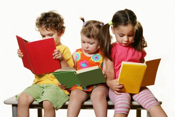 Не стоит забывать и о литературном творчестве. Когда малыш научился говорить, обязательно втягивайте его в словесные игры: просите описать что-нибудь загадкой, предложите придумывать истории о разных предметах и людях.