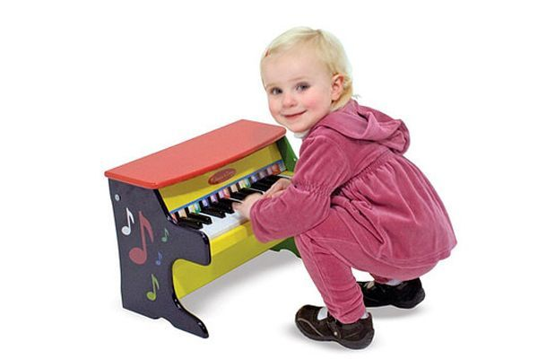 Не всем суждено стать великими музыкантами. Но радовать себя и окружающих звукоизвлечением очень весело! Малышу наверняка понравятся маленькие водные свистульки в виде птичек, издающие нежные трели, простые дудочки, губная гармошка, детский барабан.