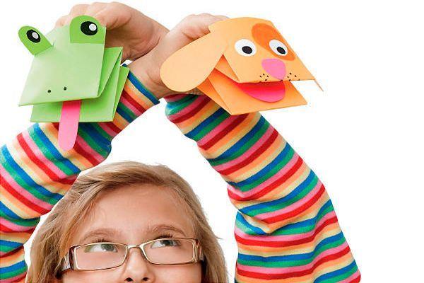 Оригами – искусство складывания бумаги. Начните с простых фигур, затем постепенно малыш заинтересуется и начнет придумывать свои комбинации. Развивает воображение, логическое мышление, память (нужно запомнить последовательность сгибания листа).