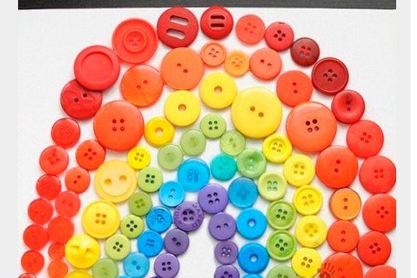 Из пуговиц можно сделать огромное количество поделок. Дети с удовольствием будут сортировать пуговки по размеру и цвету, и выкладывать из них затейливые фигуры.