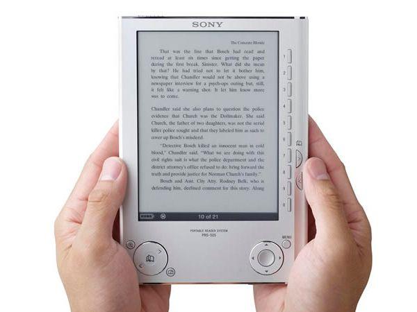 Иногда кажется, что все новые гаджеты в современной жизни обходят стороной наших родителей.  Но вот электронная книга по своей простоте и удобству может стать достойной заменой обычной книгопечатной продукции.