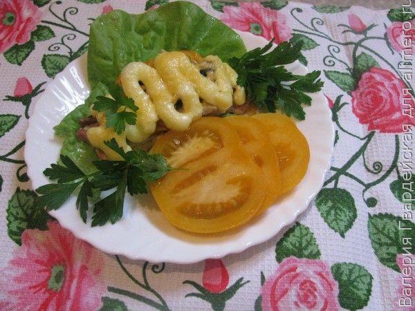 Отбивная с желтыми помидорами и грибами