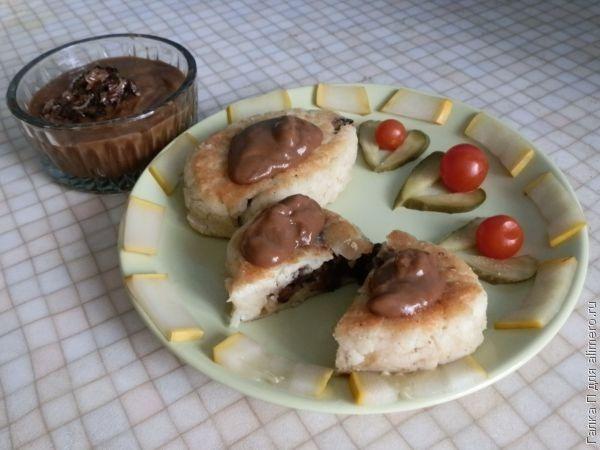 Картофельные котлетки с грибным соусом
