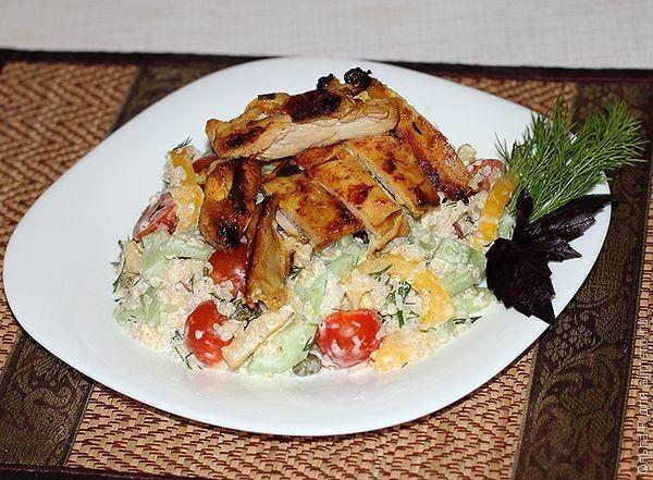 Салат из овощей, киноа и куриного филе со специями