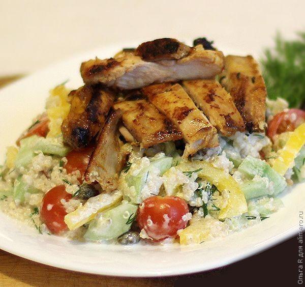 Салат из овощей, киноа и куриного филе
