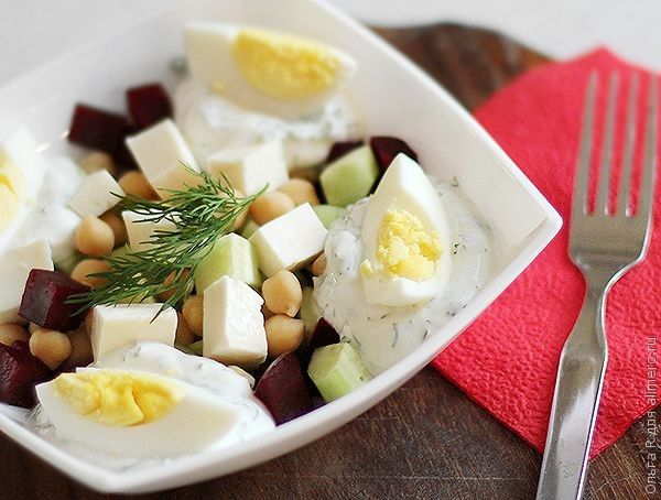 Салат из свеклы с нутом, брынзой и огурцами