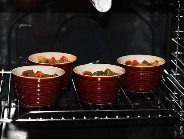 Яйца с овощами в духовке